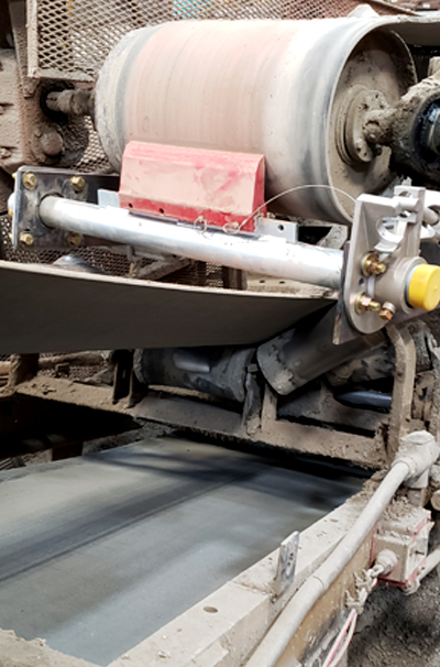 conveyor belt cleaner with force-one tensioner